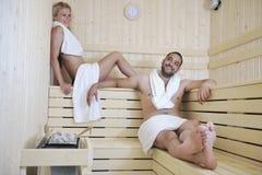 Jeunes couples heureux dans le sauna Image libre de droits