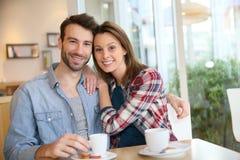 Jeunes couples heureux dans un café Photo stock