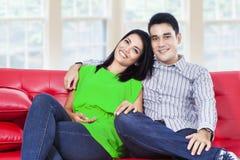 Jeunes couples heureux dans un salon photographie stock
