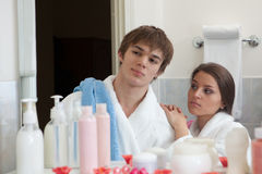 Jeunes couples heureux dans une salle de bains. Photo stock