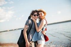 Jeunes couples heureux de hippie dans l'amour à la plage Images stock