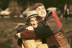 Jeunes couples heureux de hippie dans la marche d'amour extérieure Photographie stock libre de droits