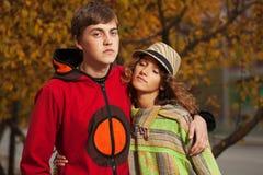 Jeunes couples heureux de hippie de mode dans l'amour extérieur Photos stock