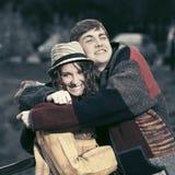 Jeunes couples heureux de hippie de mode dans l'amour extérieur Photo stock