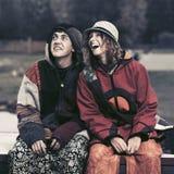 Jeunes couples heureux de hippie de mode dans l'amour extérieur Image stock