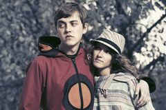 Jeunes couples heureux de hippie de mode dans l'amour extérieur Images libres de droits