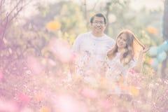 Jeunes couples heureux de l'Asie en parc sur extérieur Photographie stock