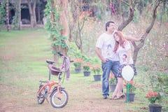 Jeunes couples heureux de l'Asie en parc sur extérieur Images libres de droits
