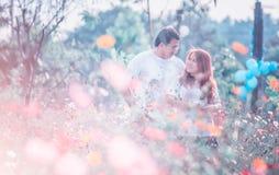 Jeunes couples heureux de l'Asie en parc sur extérieur Image libre de droits