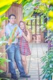 Jeunes couples heureux de l'Asie en parc sur extérieur Photos stock