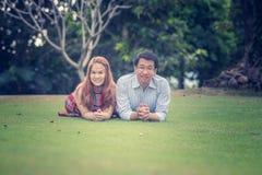 Jeunes couples heureux de l'Asie en parc sur extérieur Photographie stock libre de droits
