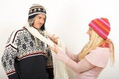 Jeunes couples heureux de l'hiver dans l'amour Photo libre de droits