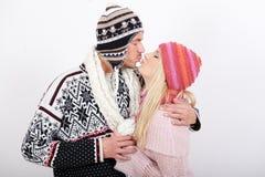 Jeunes couples heureux de l'hiver dans l'amour Image libre de droits