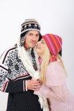 Jeunes couples heureux de l'hiver dans l'amour Image stock