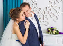 Jeunes couples heureux de mariage dans le studio blanc Photos stock
