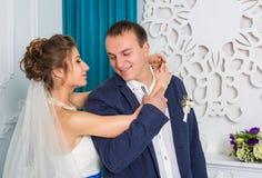 Jeunes couples heureux de mariage dans le studio blanc Image libre de droits