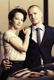 Jeunes couples heureux de mode dans l'amour à côté de la voiture Image libre de droits