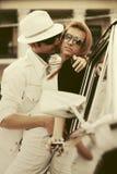 Jeunes couples heureux de mode dans l'amour à côté de la voiture de vintage Photos libres de droits