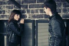 Jeunes couples heureux de mode dans l'amour au mur Photos stock