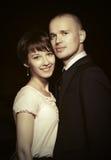 Jeunes couples heureux de mode dans l'amour dans la rue de ville de nuit Images libres de droits