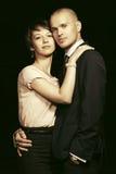 Jeunes couples heureux de mode dans l'amour dans la rue de ville de nuit Image libre de droits