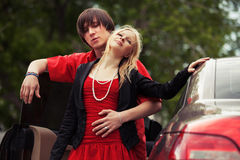 Jeunes couples heureux de mode dans l'amour en la voiture Image stock
