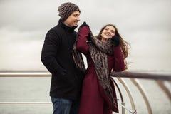 Jeunes couples heureux de mode dans l'amour extérieur Image stock