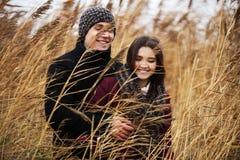 Jeunes couples heureux de mode dans l'amour extérieur Photos libres de droits