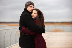 Jeunes couples heureux de mode dans l'amour extérieur Images stock
