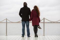 Jeunes couples heureux de mode dans l'amour extérieur Photo stock