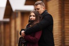 Jeunes couples heureux de mode dans l'amour extérieur Photographie stock