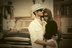 Jeunes couples heureux de mode dans l'amour sur la rue de ville Photographie stock