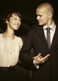 Jeunes couples heureux de mode dans l'amour sur la rue de ville de nuit Photo stock