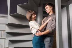 Jeunes couples heureux de mode flirtant dans le bureau Photographie stock libre de droits