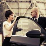 Jeunes couples heureux de mode parlant en la voiture Photo stock