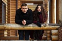 Jeunes couples heureux de mode se tenant sur le porche du cottage Photos libres de droits