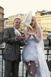 Jeunes couples heureux de nouveaux mariés Photographie stock libre de droits