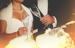 Jeunes couples heureux de nouveaux mariés grillant le champagne Photos stock