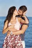 Jeunes couples heureux embrassant avec amour sur une plage de mer Photo stock