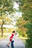 Jeunes couples heureux embrassant en parc Photo libre de droits