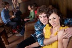 Jeunes couples heureux en café Images stock