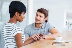 Jeunes couples heureux en café parlant et potable d'amour Images libres de droits