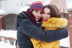Jeunes couples heureux en hiver Image libre de droits