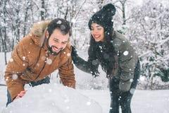 Jeunes couples heureux en hiver Famille à l'extérieur homme et femme semblant ascendants et rire Amour, amusement, saison et les  Images stock