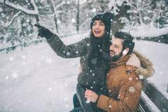 Jeunes couples heureux en hiver Famille à l'extérieur homme et femme semblant ascendants et rire Amour, amusement, saison et les  Photos libres de droits