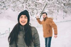 Jeunes couples heureux en hiver Famille à l'extérieur homme et femme semblant ascendants et rire Amour, amusement, saison et les  Images libres de droits