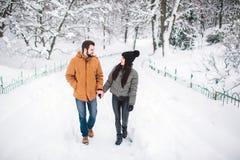 Jeunes couples heureux en hiver Famille à l'extérieur homme et femme semblant ascendants et rire Amour, amusement, saison et les  Photographie stock
