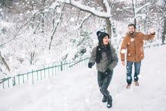 Jeunes couples heureux en hiver Famille à l'extérieur homme et femme semblant ascendants et rire Amour, amusement, saison et les  Photos stock