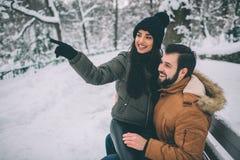 Jeunes couples heureux en hiver Famille à l'extérieur homme et femme semblant ascendants et rire Amour, amusement, saison et les  Image libre de droits