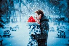 Jeunes couples heureux en parc d'hiver Photos stock